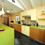 сочетание желтых стен и оливковой мебели