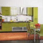 оранжевый ковер к оливковой мебели