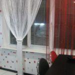 шторы из нитей красного и белого цвета