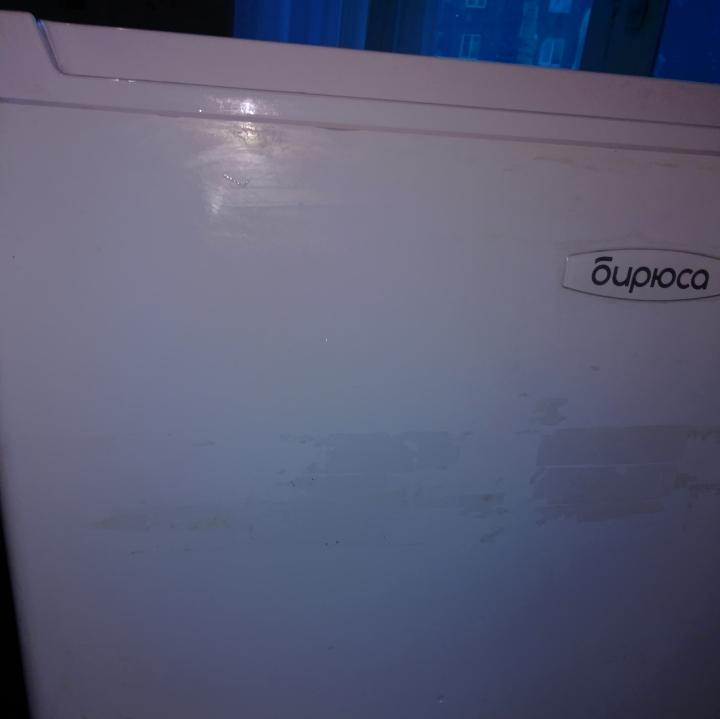 следы от наклеек на холодильнике