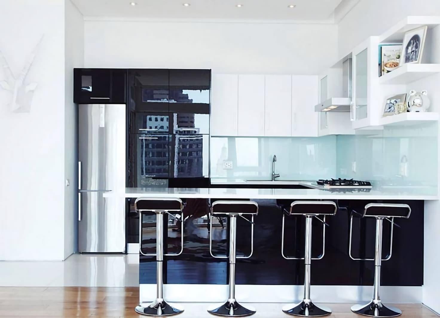 счетлая кухня с черными деталями