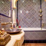 восточный стиль ванной с испанской плиткой