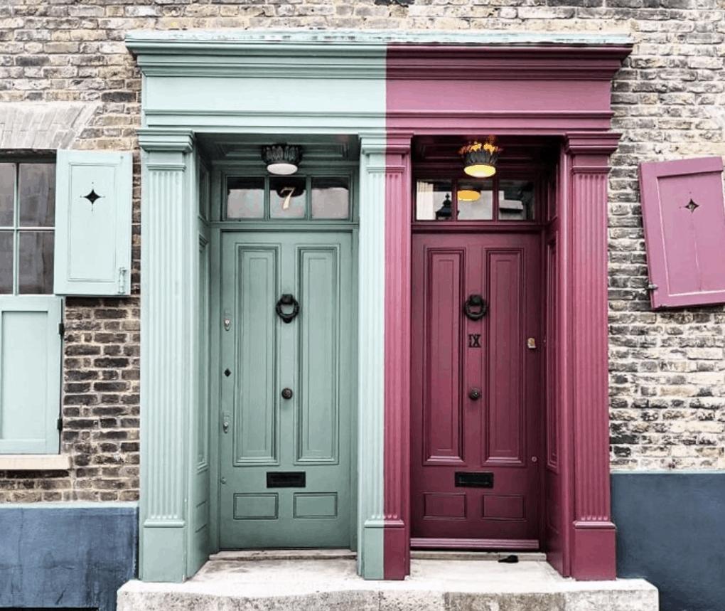 цветная входная дверь