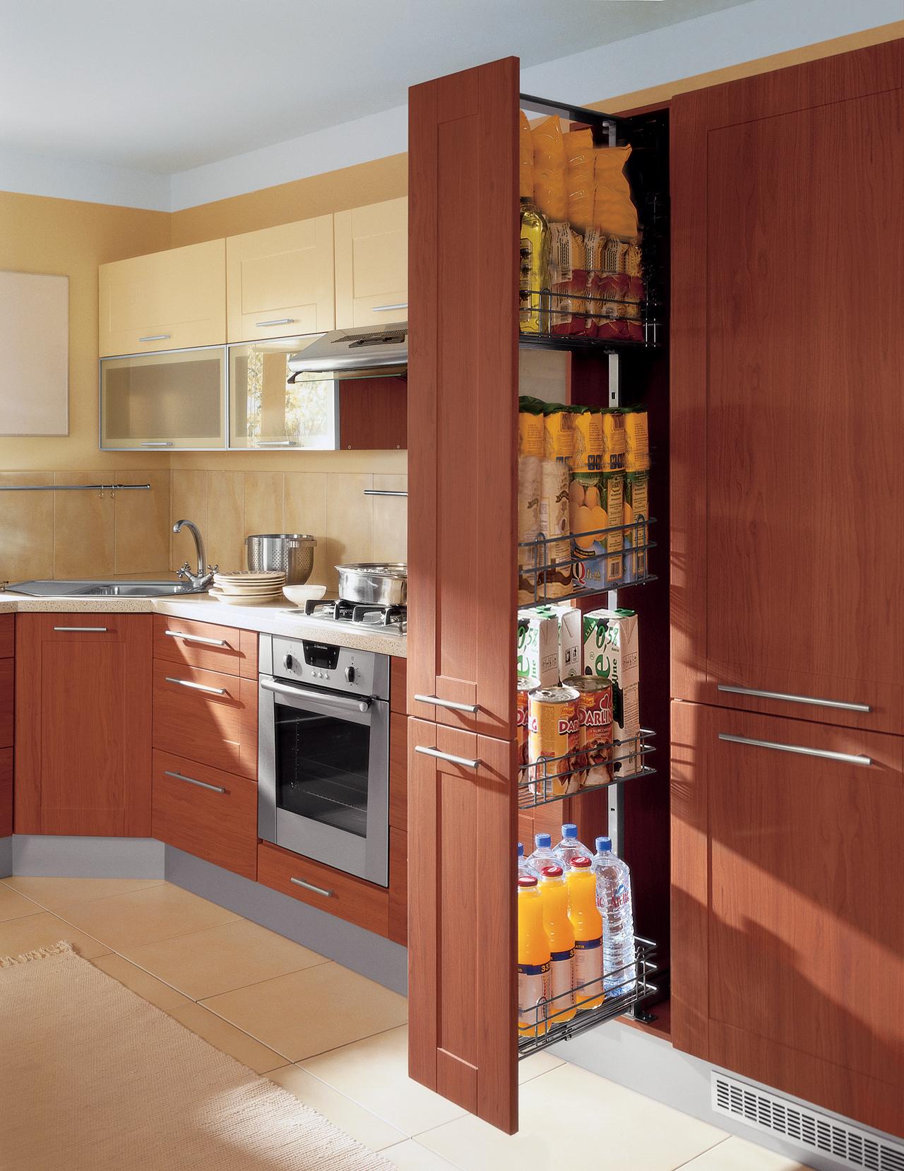 высокие и узкие кухонные шкафы