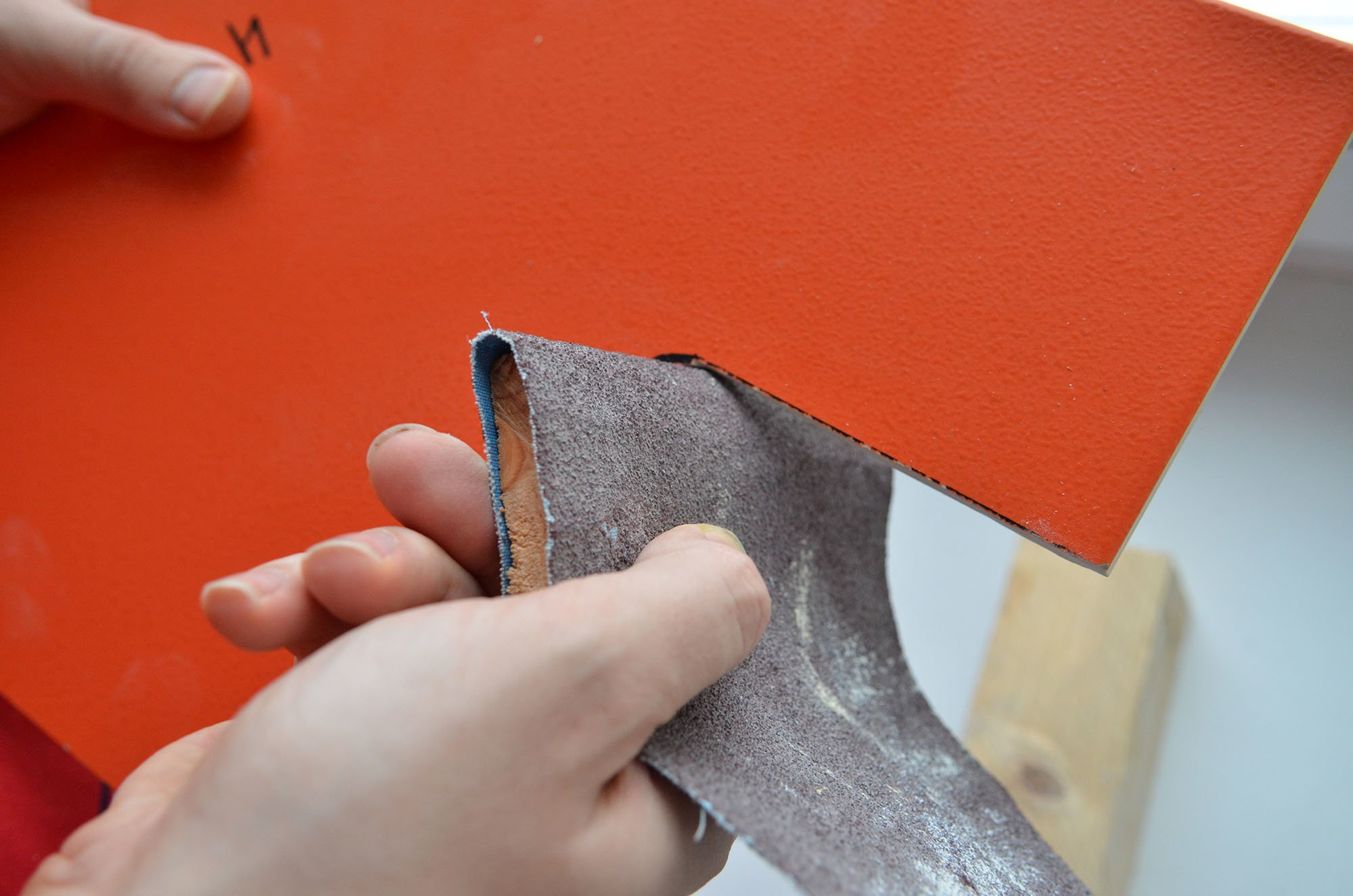 Зашлифовать неровности в месте разреза плитки