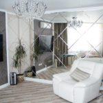зеркальные стены в гостинной