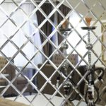 зеркальные плиты на стене