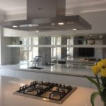 зеркальные плиты на кухне