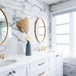 ванная с овальным зеркалом
