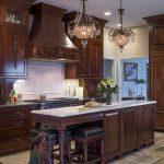 коричневая мебель из натурального дерева для английской кухни