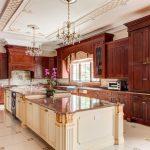 вытянутая кухня в английском стиле с красивым столом