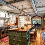 потолок с цветочным принтом на английской кухне