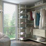Белая гардеробная система со встроенным комодом