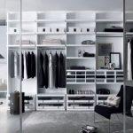 Высокий и стильный белый гардероб