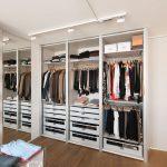 Просторная гардеробная комната с большим зеркалом