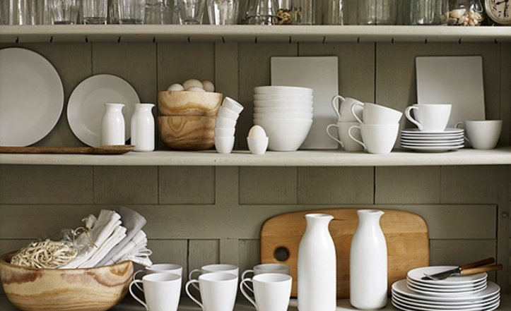 белая посуда на кухне