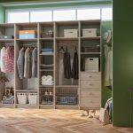 Бежевый гардероб на зеленом фоне
