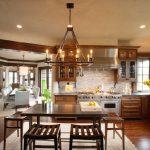 матовый потолок и большая люстра на английской кухне