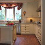 яркие натуральные шторы на английской кухне