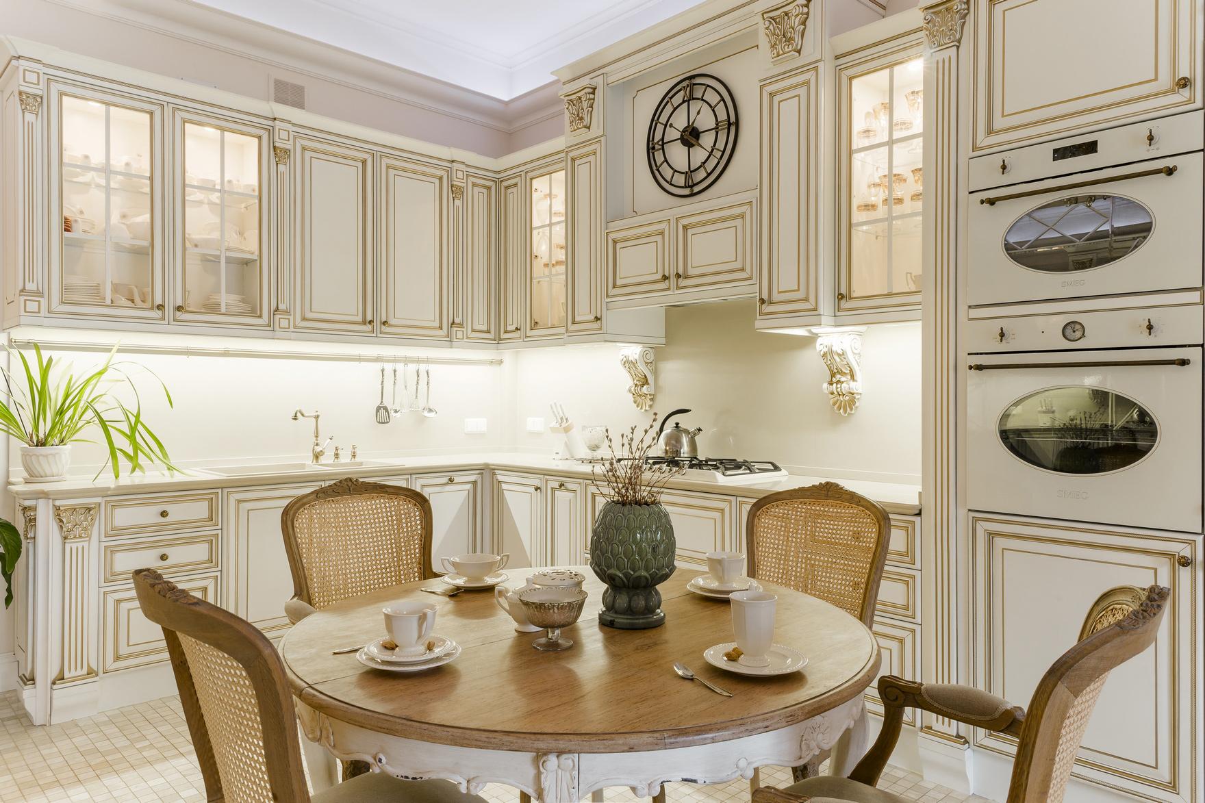 часы на стене в интерьере кухни