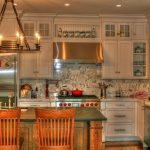 большая люстра в форме круга на кухне
