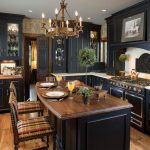 шикарная кухня в английском стиле с деревянной мебелью