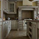 четкие линии в интерьере английской кухни