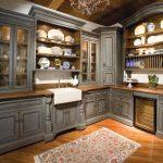 кухня в английском стиле с серой мебелью