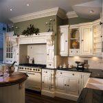 угловая кухня с островом в английском стиле