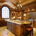 использование арочных форм на кухне в английском стиле