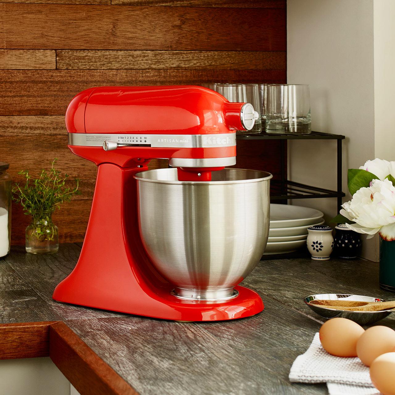 стильный красный миксер для кухни