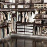 Большо и вместительный гардероб коричневого цвета