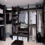 Вместительная гардеробная система коричневого цвета