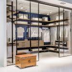 Просторная гардеробная со стеклянными дверями