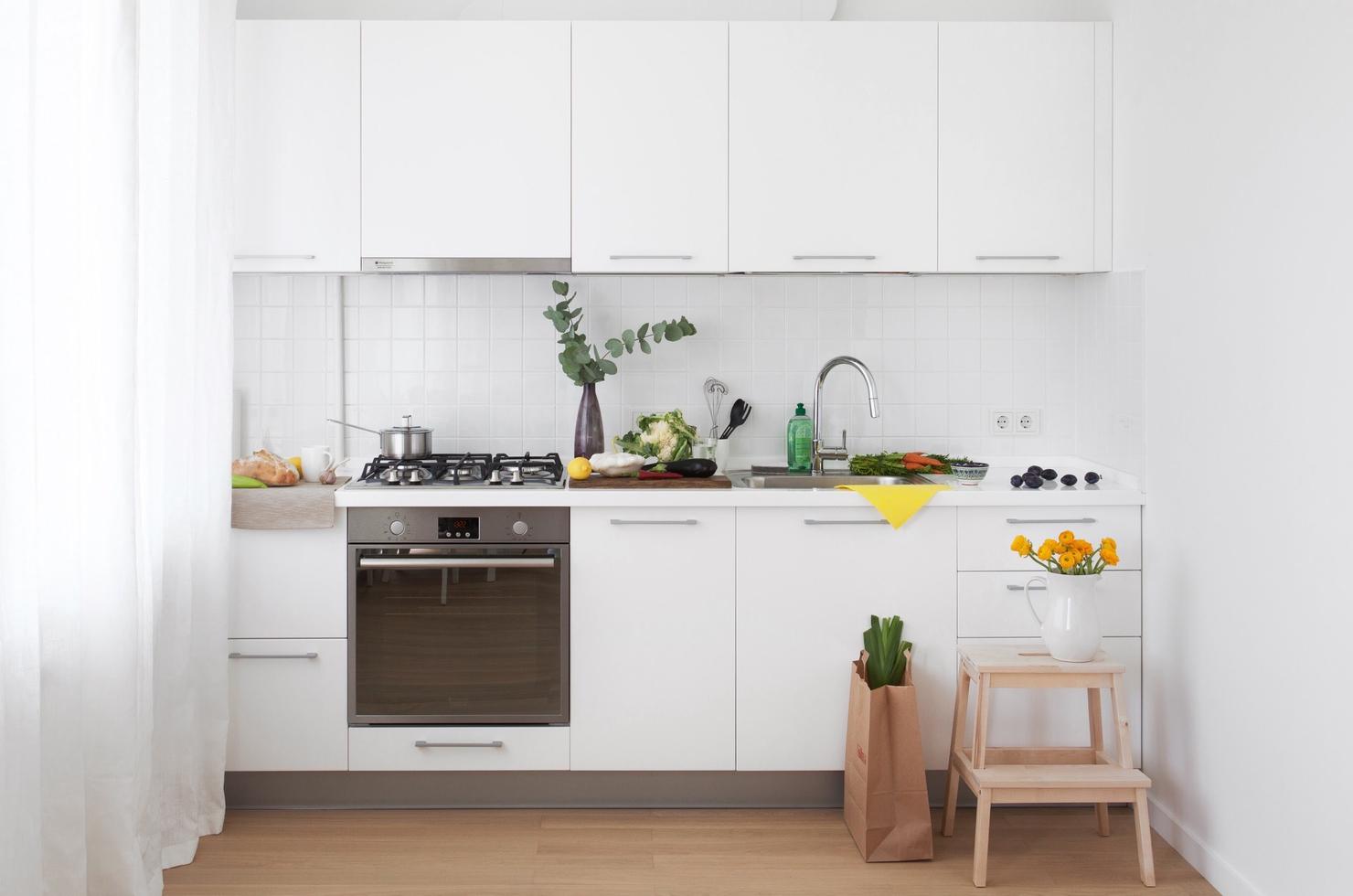 белая кухня для маленького помещения