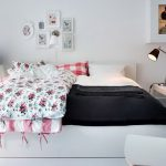 черно-белая спальня с яркими деталями