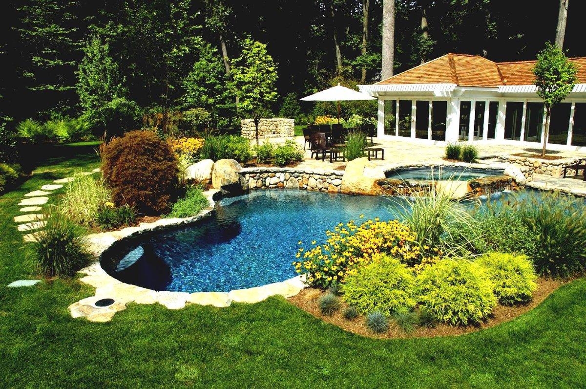 красивый водоем на садовом участке