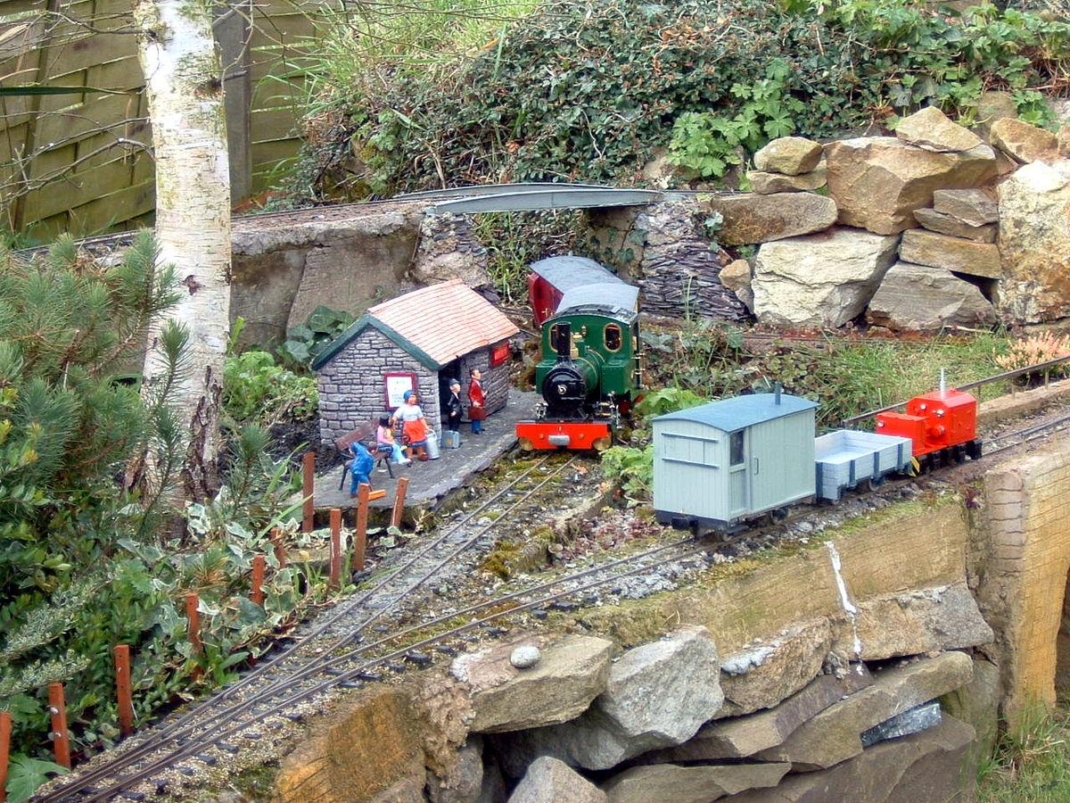 маленькая железная дорога на участке