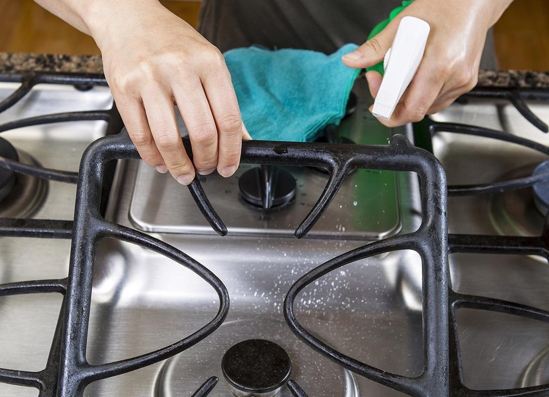 нанесение средства для чистки плиты