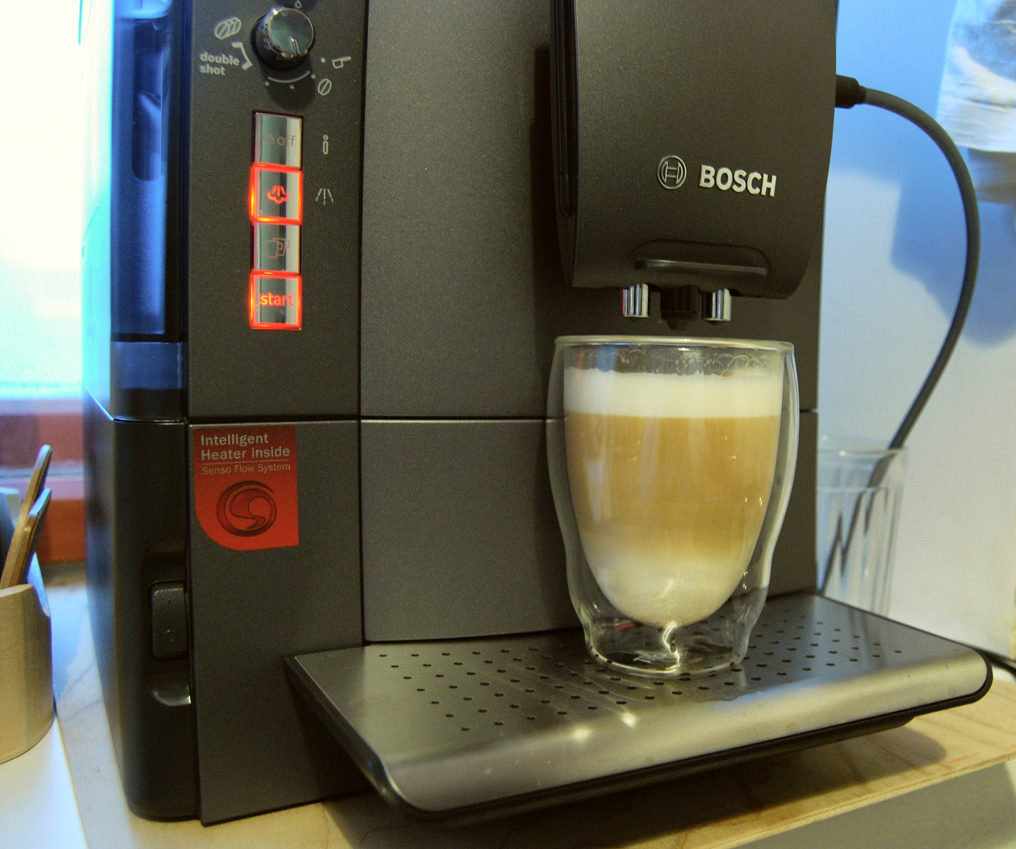 стильная компактная кофемашина Bosch TES 51521/51523 RW