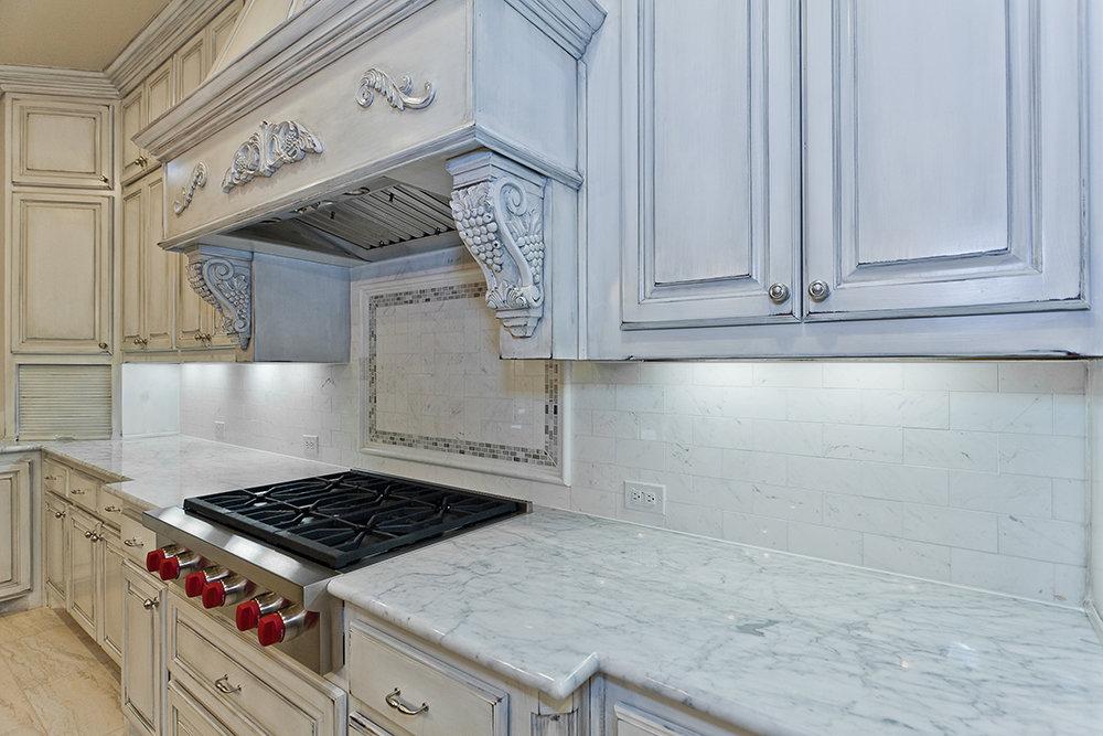 изящная светлая кухня со столешницей из белого мрамора