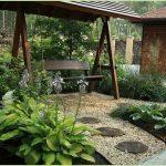 качели в дизайне садового участка