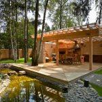 просторная беседка из дерева на даче