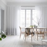 белый длинный тюль для кухни с высоким потолком