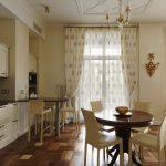 тюль до пола на просторной светлой кухне