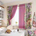 яркое оформление окна на кухне