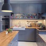 серо-голубой цвет и бежевая столешница для кухни