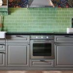зеленый фартук и черная столешница для кухни от икеа