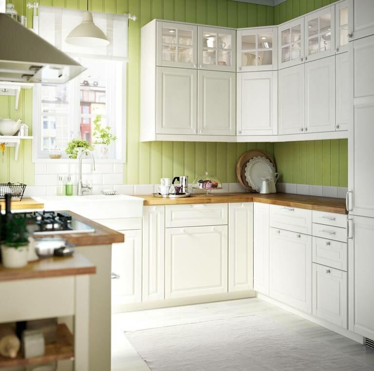 """белая кухня Икеа """"Будбин"""" с зелеными стенами"""