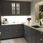 серые шкафы и белая столешница на кухня Икеа